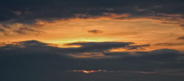 Un solo morso e la barca dell'alba si squarcia per far posto al sole di un giorno nuovo.
